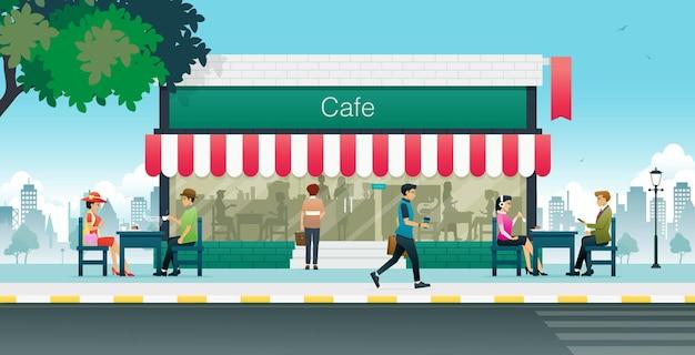 Lavoratori maschi e femmine che mangiano nei caffè della città