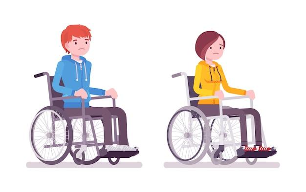 Maschio e femmina giovane utente su sedia a rotelle