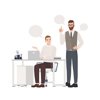 Impiegati maschi vestiti in abiti intelligenti che parlano tra loro