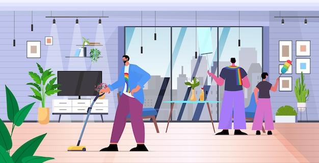 Genitori maschi che puliscono casa con figlio piccolo famiglia gay transgender amore comunità lgbt concetto soggiorno interno orizzontale a figura intera illustrazione vettoriale