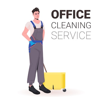 Maschio professionale ufficio pulitore uomo bidello in uniforme con spazio di copia attrezzature per la pulizia