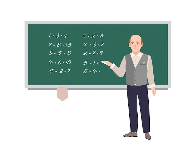 Insegnante di matematica della scuola maschio che scrive le espressioni matematiche sulla lavagna verde.