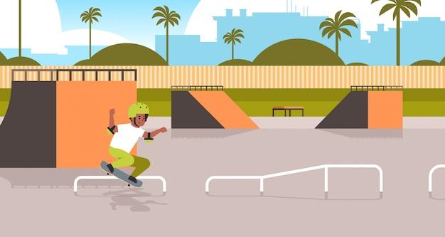 Pattinatore maschio eseguendo trucchi nel parco skate board pubblico con rampa per lo skateboard adolescente divertirsi a cavallo di skateboard paesaggio sfondo piatto a figura intera orizzontale