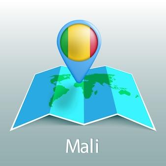 Mappa del mondo di bandiera del mali nel pin con il nome del paese su sfondo grigio
