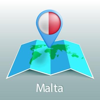 Mappa del mondo di bandiera di malta nel pin con il nome del paese su sfondo grigio