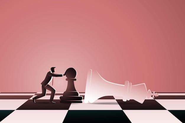 Uomo sulla scacchiera spingendo la pedina degli scacchi a cadere negli scacchi re bianco