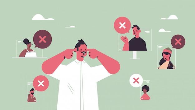 Uomo che chiude le orecchie che soffrono di rumore tacere silenzioso concetto bolla di chat con segno a croce