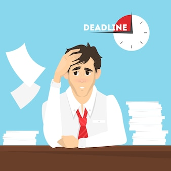 Uomo alla scrivania con una pila di documenti