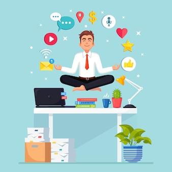Uomo che fa yoga sul posto di lavoro in ufficio con social network, icona dei media.