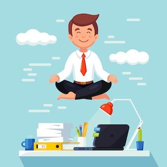Uomo che fa yoga sul posto di lavoro in ufficio. lavoratore seduto nella posa del loto padmasana sulla scrivania, meditando, rilassarsi, calmarsi e gestire lo stress