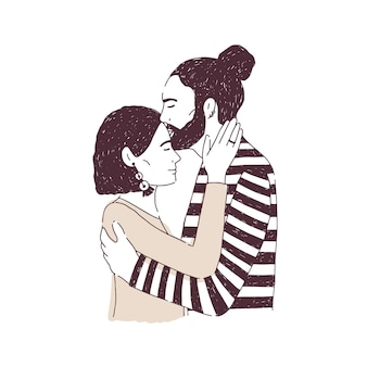 Uomo che abbraccia e bacia la donna sulla fronte
