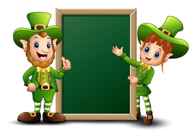 Leprechaun del fumetto dell'uomo e della ragazza con la lavagna verde