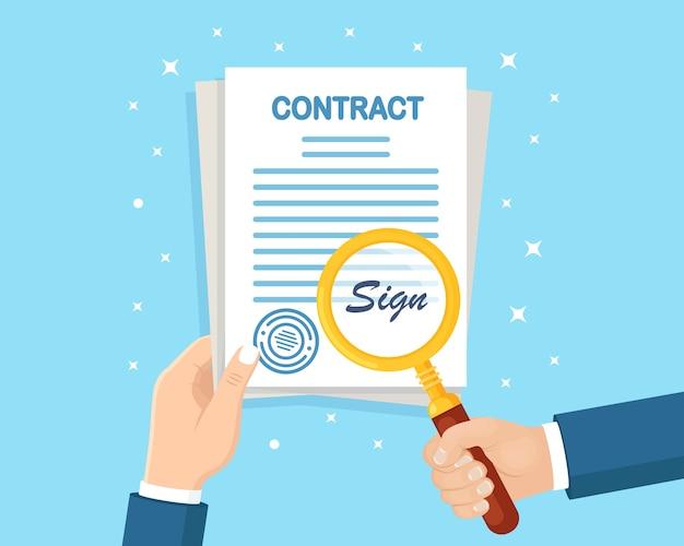 Documenti di contatto della stretta della mano dell'uomo e lente d'ingrandimento. firma di controllo dell'uomo d'affari