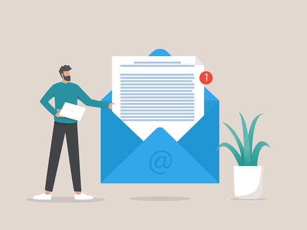 Uomo che tiene enorme busta con lettera, nuovo messaggio di posta elettronica Vettore Premium