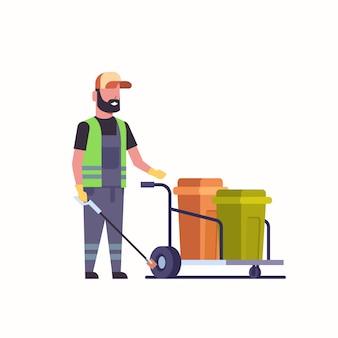 Bidello uomo raccogliendo spazzatura con bastone di ferro detergente maschio spingendo carrello carrello