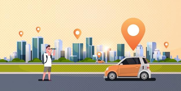 Uomo cerca attraverso il binocolo alla ricerca di veicoli a noleggio auto car sharing concetto trasporto car sharing moderno paesaggio urbano