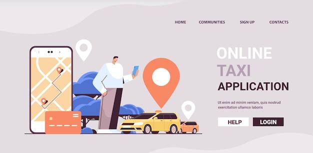 Uomo che ordina un'automobile con segno di posizione nell'app mobile servizio di trasporto di app taxi online