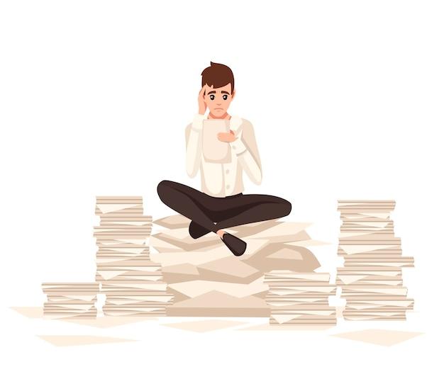 Superlavoro dell'uomo in ufficio. disegno del personaggio dei cartoni animati. ha fatto gli straordinari, impiegato stanco. stress di lavoro. l'uomo si siede su pile di carta.