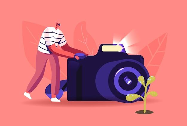 Fotografo uomo spara gocce d'acqua su foglie di fiori su macchina fotografica con regime di fotografia macro, personaggio maschile che fa foto di fiori su natura, hobby, attività