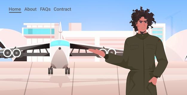 Uomo pilota in uniforme in piedi vicino all'aeroporto di aereo terminal aviazione concetto ritratto orizzontale copia spazio