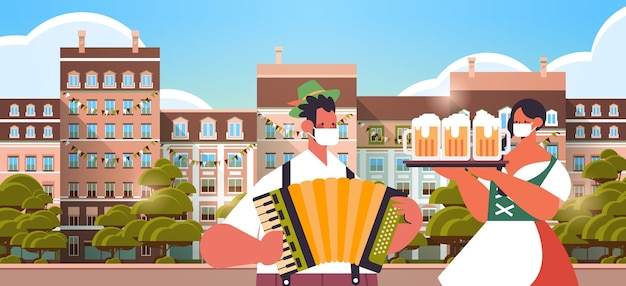 Uomo che suona la fisarmonica donna che tiene boccali di birra oktoberfest festival celebrazione concetto persone in abiti tradizionali tedeschi divertirsi paesaggio urbano sfondo ritratto orizzontale
