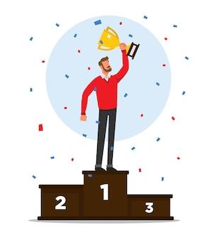Un uomo su un podio che celebra la vittoria tenendo il suo trofeo