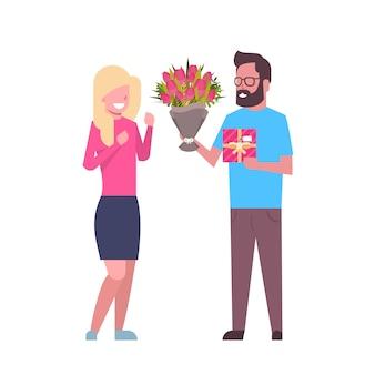 Regalo e fiori della ragazza attuale dell'uomo per le coppie internazionali di vacanza dell'8 marzo di festa isolate