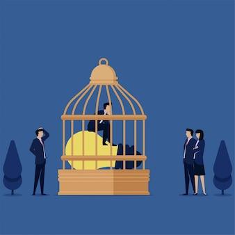 L'uomo si siede sopra la lampada sulla gabbia