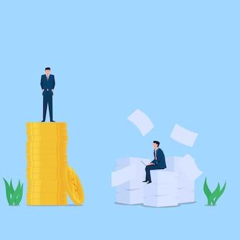 L'uomo sta sulla pila di monete mentre altri si siedono sulla metafora di carte di sforzo e ricompensa. illustrazione di concetto piatto di affari.