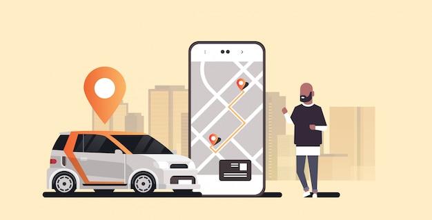 Uomo che per mezzo del veicolo di automobile d'ordinazione mobile di app con orizzontale orizzontale moderno del fondo di paesaggio urbano di servizio di car sharing di concetto del car sharing di trasporto del contrassegno di posizione