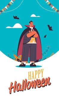 Uomo che indossa il costume di dracula felice festa di halloween celebrazione concetto lettering biglietto di auguri verticale a figura intera illustrazione vettoriale