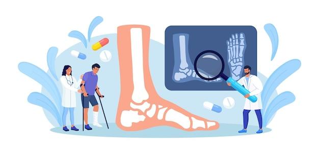 L'uomo con una gamba rotta si consulta con un chirurgo traumatologico. dottore guardando l'immagine a raggi x. cure mediche e assistenza sanitaria. l'infermiera conforta il paziente ferito con le stampelle con un calco in gesso sulla gamba