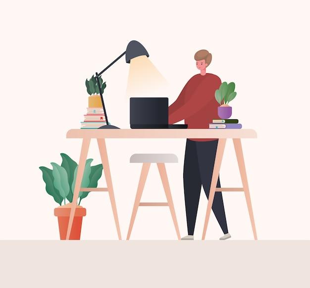 Uomo con il computer portatile che lavora alla progettazione della scrivania del tema del lavoro da casa