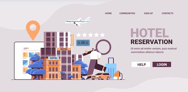 Uomo con lente di ingrandimento libro di viaggio biglietti e camera d'albergo appartamento servizio di prenotazione trasferimento trasporto viaggio