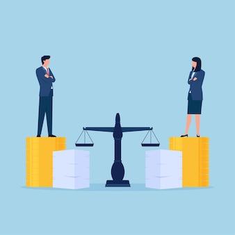 Uomo e donna sulla pila di monete e documenti di lavoro accanto alla metafora della bilancia della giustizia dell'uguaglianza di genere e della discriminazione.
