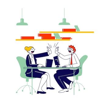 Uomo e donna colleghi seduti alla scrivania dando highfive a vicenda dopo il raggiungimento dell'obiettivo o la firma del contratto di affare di successo.
