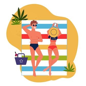 Coppia uomo e donna sdraiati sulla spiaggia
