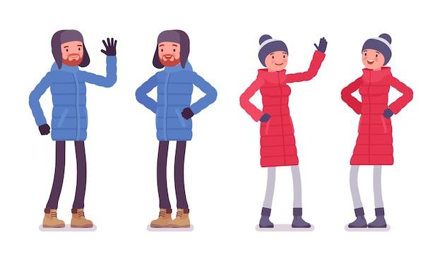 Uomo e donna in un piumino emozioni positive, indossando abiti invernali morbidi e caldi, stivali da neve classici e cappello
