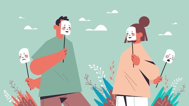Uomo donna nasconde le proprie emozioni sotto maschere finte sensazione di disturbo mentale