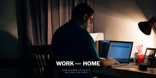 Uomo che lavora da casa durante la pandemia di coronavirus