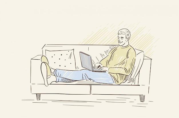 Un uomo lavora su un computer portatile. libero professionista lavora a casa sul divano. illustrazione in stile lineart.
