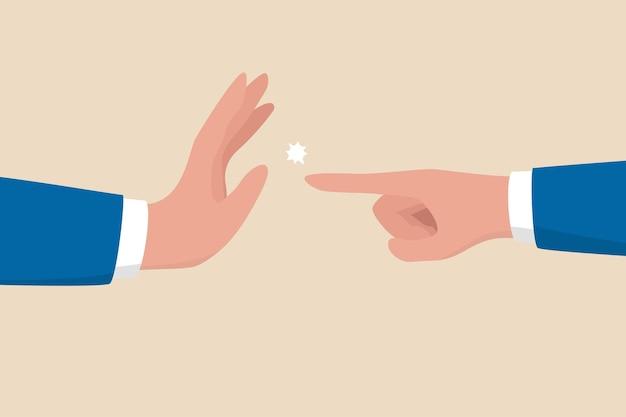 Abilità di gestione per fermare o compromettere il conflitto di disaccordo, la guerra d'affari, la lotta, la disputa, l'argomento o il concetto di negoziazione, la mano dell'uomo d'affari una che indica l'altra e un'altra con il gesto di arresto.