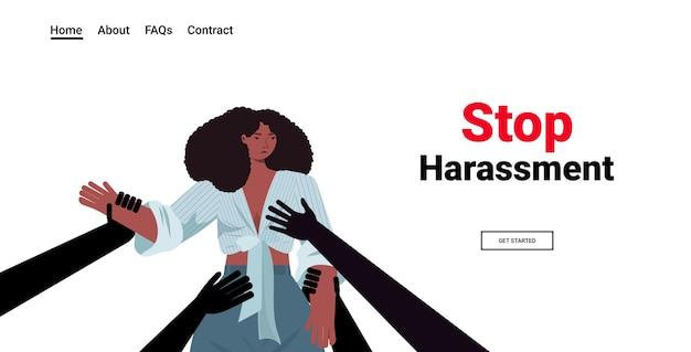 Equipaggia le mani che toccano la donna afroamericana smettere di molestie e abusare nessun ritratto di concetto di violenza sessuale