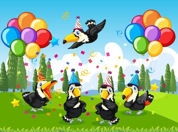Molti uccelli in tema di festa nella foresta naturale