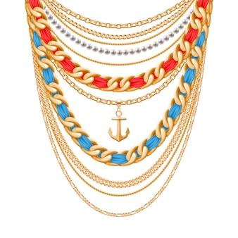 Molte catene metalliche dorate e collana di perle. nastri avvolti. pendente ancora. accessorio di moda personale.