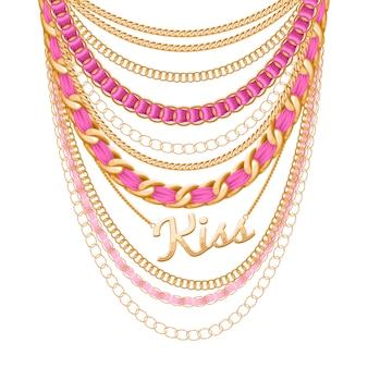 Molte catene metalliche dorate e collana di perle. nastri avvolti. ciondolo parola bacio. accessorio di moda personale.