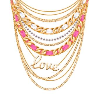 Molte catene metalliche dorate e collana di perle. nastri avvolti. ciondolo parola d'amore. accessorio di moda personale.