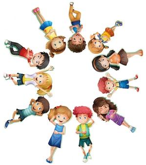 Molti bambini sdraiati in cerchio