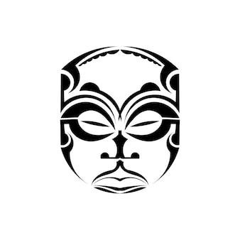 Maschera tradizionale maori isolata su priorità bassa bianca.
