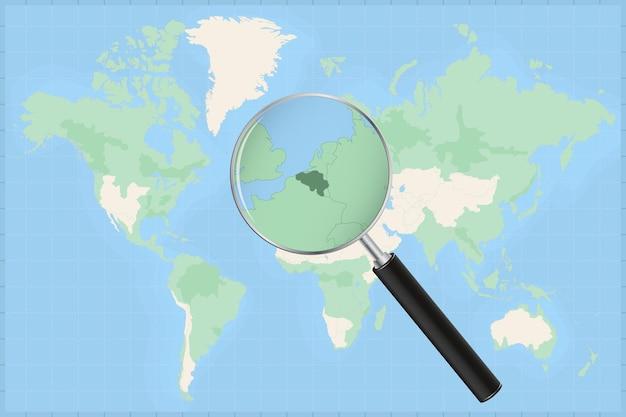 Mappa del mondo con una lente di ingrandimento su una mappa del belgio.